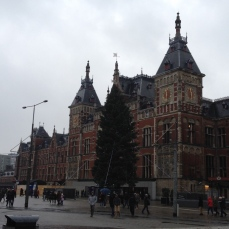 Centraal-station-amsterdam-christmas-tree
